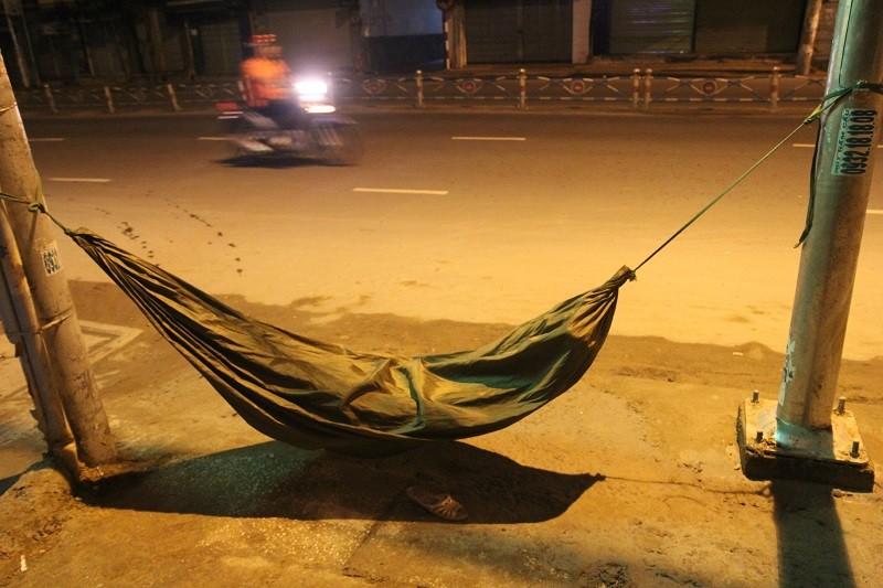 Người lao động nghèo co ro trong đêm lạnh - ảnh 10