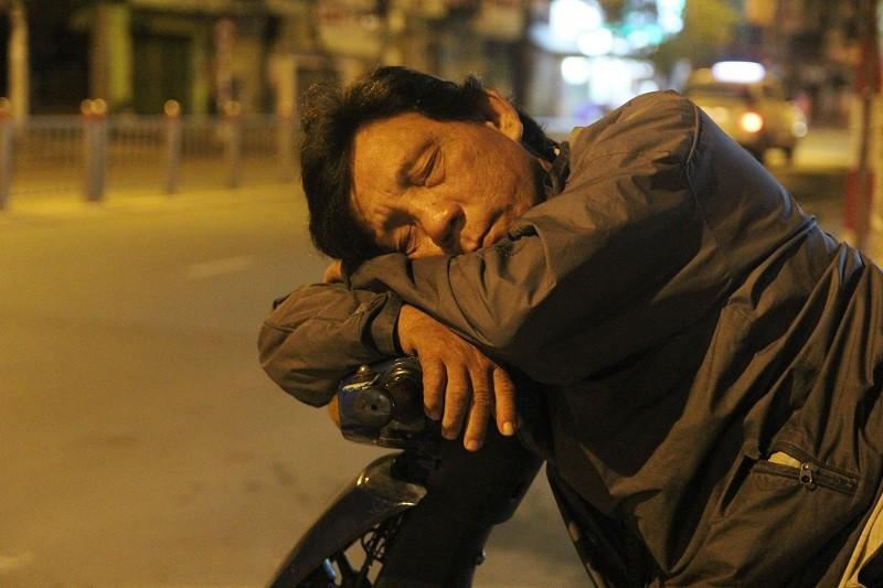 Người lao động nghèo co ro trong đêm lạnh - ảnh 11
