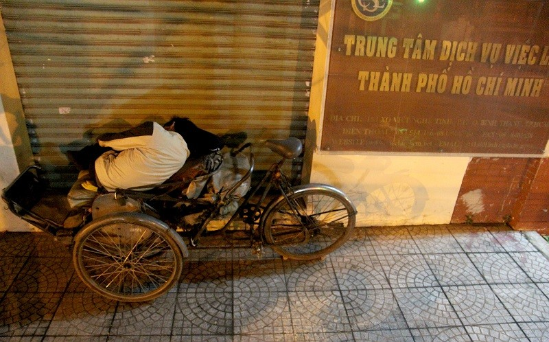 Người lao động nghèo co ro trong đêm lạnh - ảnh 12
