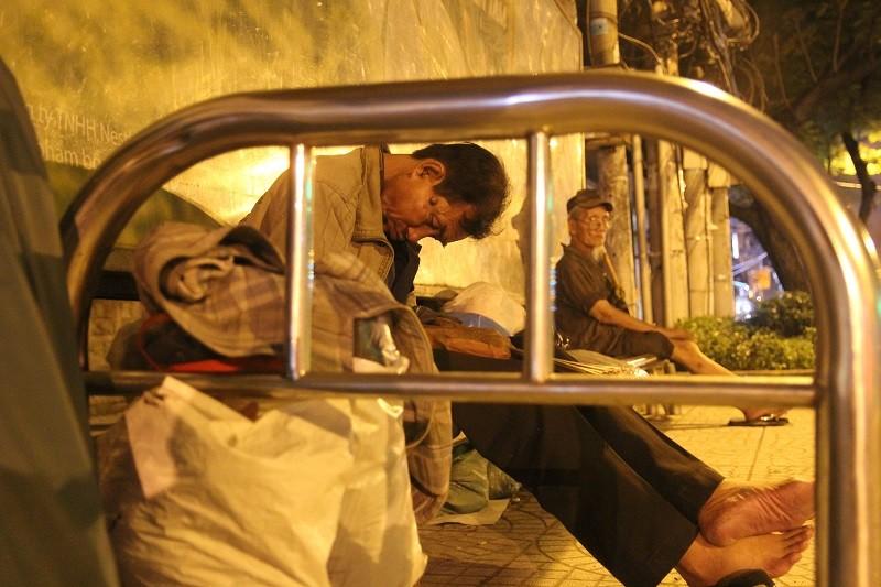 Người lao động nghèo co ro trong đêm lạnh - ảnh 13