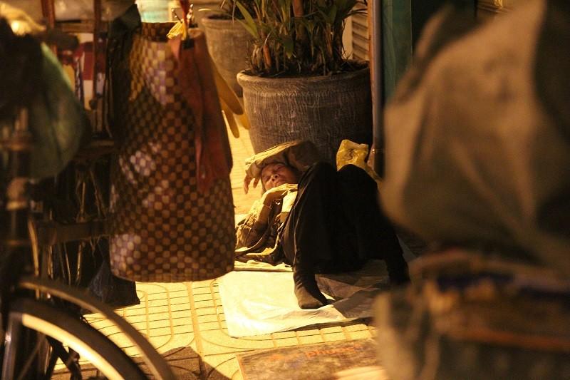 Người lao động nghèo co ro trong đêm lạnh - ảnh 14