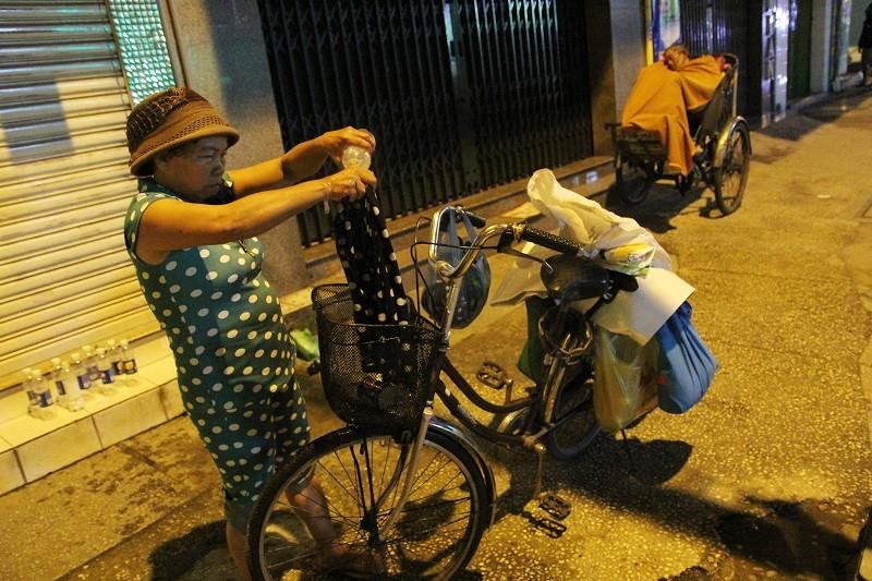 Người lao động nghèo co ro trong đêm lạnh - ảnh 15