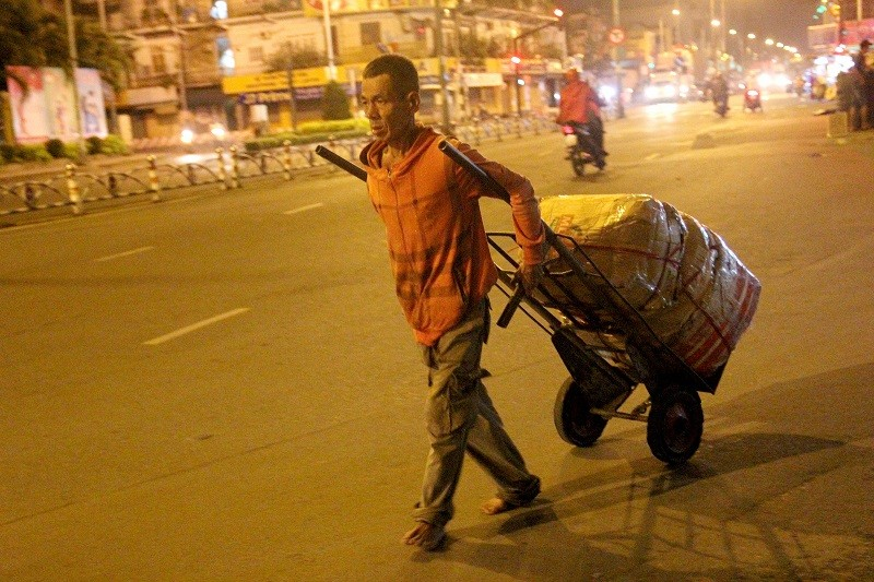 Người lao động nghèo co ro trong đêm lạnh - ảnh 17