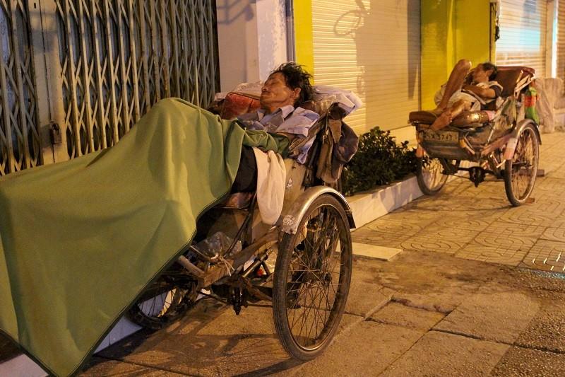 Người lao động nghèo co ro trong đêm lạnh - ảnh 1