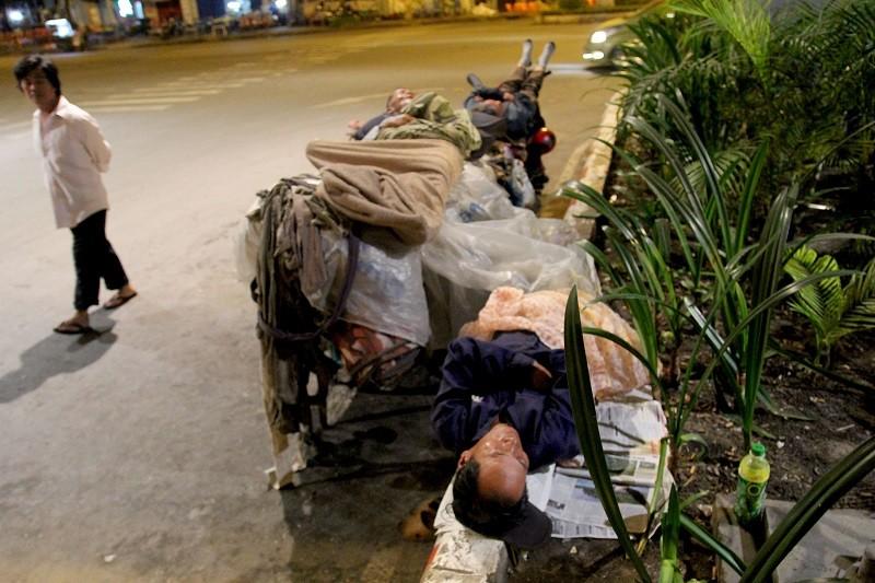 Người lao động nghèo co ro trong đêm lạnh - ảnh 2