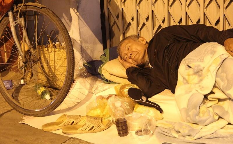 Người lao động nghèo co ro trong đêm lạnh - ảnh 7
