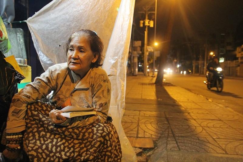 Người lao động nghèo co ro trong đêm lạnh - ảnh 6
