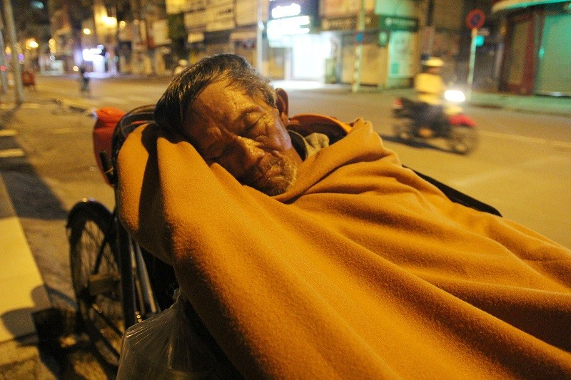 Người lao động nghèo co ro trong đêm lạnh - ảnh 8