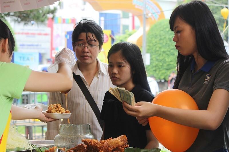 Bọ cạp chiên giòn hút khách ở liên hoan ẩm thực  - ảnh 4