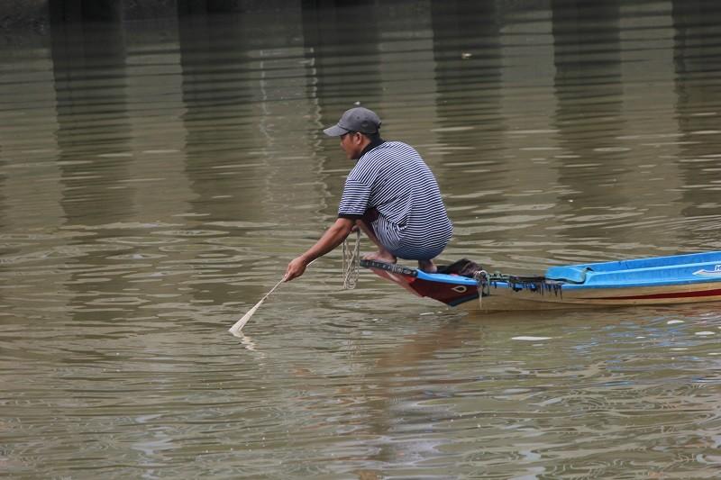 Ngang nhiên chài lưới bắt cá trên kênh Nhiêu Lộc - ảnh 2