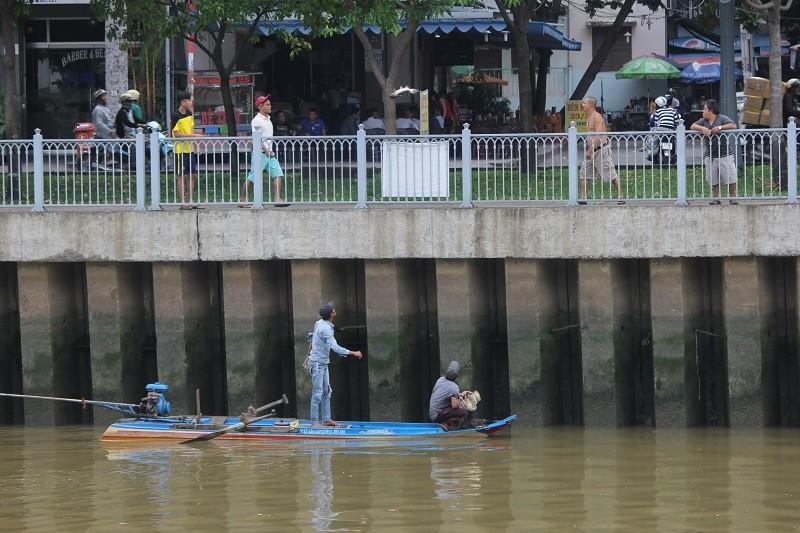 Ngang nhiên chài lưới bắt cá trên kênh Nhiêu Lộc - ảnh 5