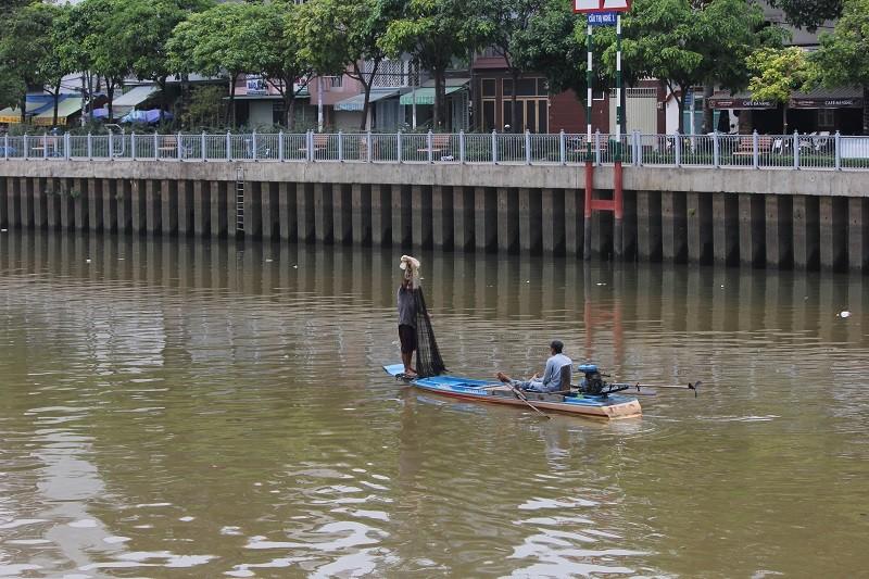 Ngang nhiên chài lưới bắt cá trên kênh Nhiêu Lộc - ảnh 6