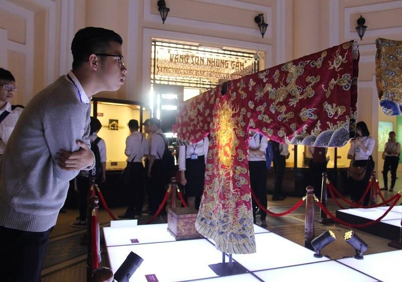 Cận cảnh hai chiếc hoàng bào của vua Đồng Khánh - ảnh 2