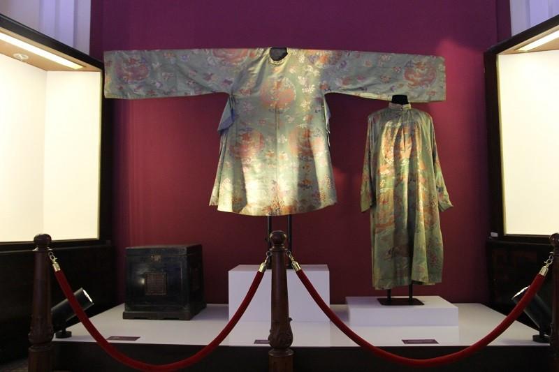 Cận cảnh hai chiếc hoàng bào của vua Đồng Khánh - ảnh 9