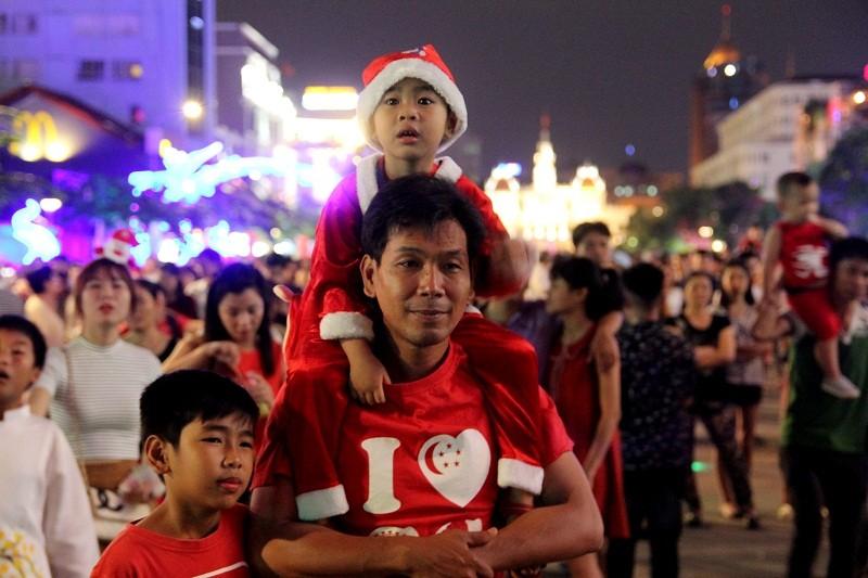 Đông nghẹt người đổ về trung tâm TP chơi Noel - ảnh 3