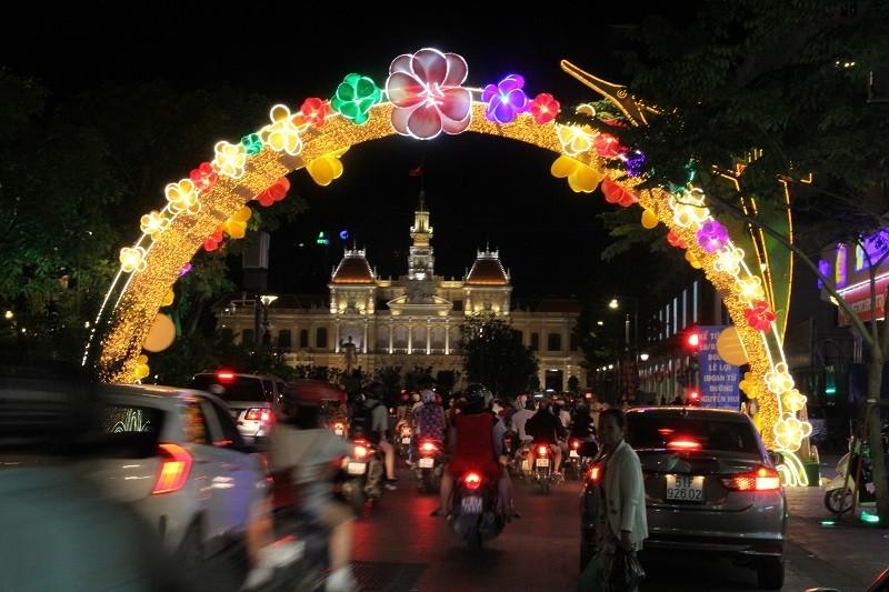 TP.HCM lung linh đèn hoa chào năm mới 2017 - ảnh 1
