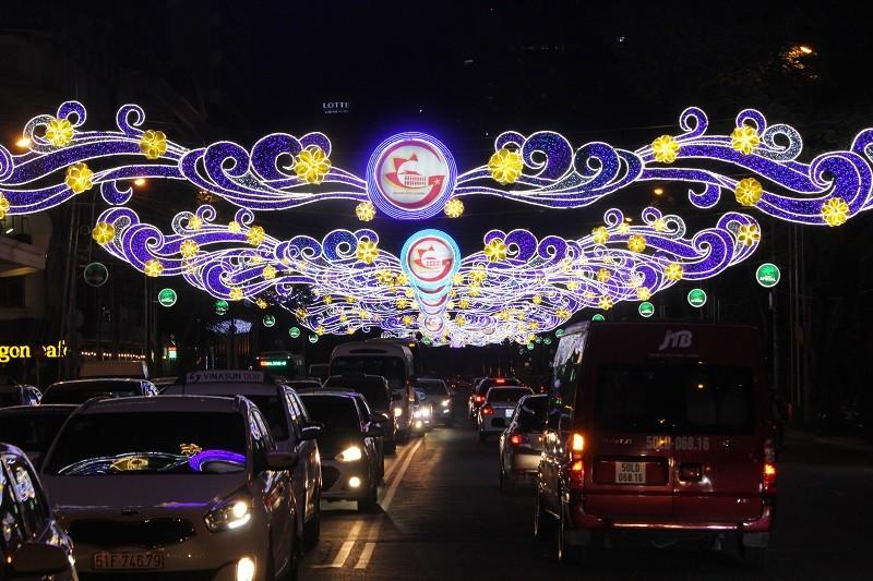 TP.HCM lung linh đèn hoa chào năm mới 2017 - ảnh 4