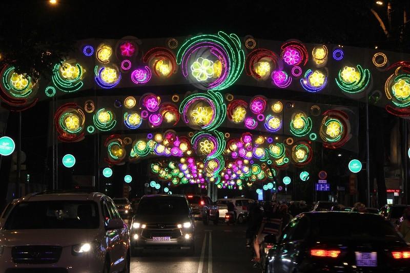 TP.HCM lung linh đèn hoa chào năm mới 2017 - ảnh 7