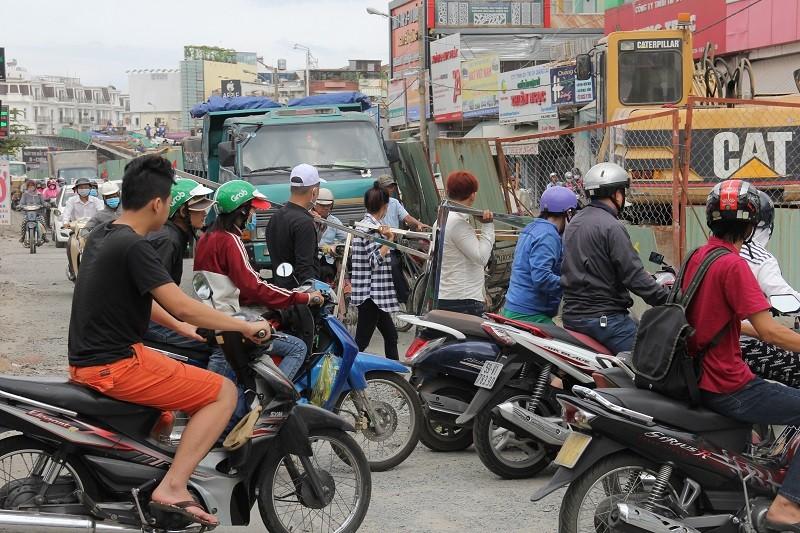 TP.HCM: Lô cốt bủa vây đường phố dịp cuối năm - ảnh 9