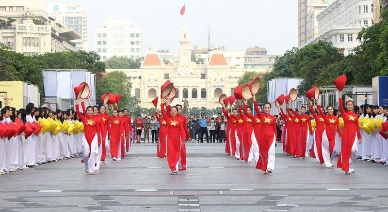 Hơn 3.000 người đồng diễn  áo dài 'Tôi yêu Việt Nam' - ảnh 16