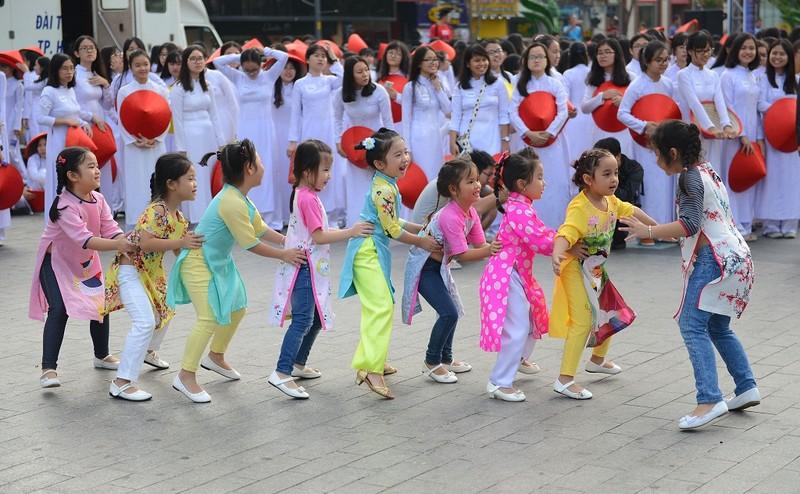 Hơn 3.000 người đồng diễn  áo dài 'Tôi yêu Việt Nam' - ảnh 23