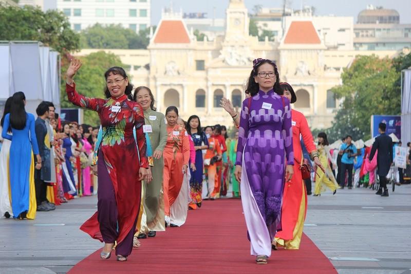Hơn 3.000 người đồng diễn  áo dài 'Tôi yêu Việt Nam' - ảnh 25