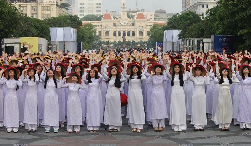 Hơn 3.000 người đồng diễn  áo dài 'Tôi yêu Việt Nam' - ảnh 8