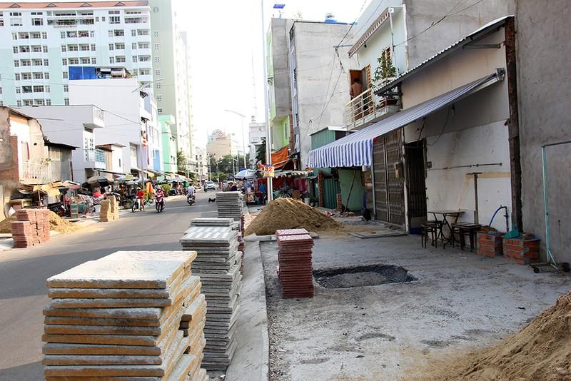 Nhà dân ở Bình Thạnh bị biến thành 'hầm' khi nâng đường - ảnh 12