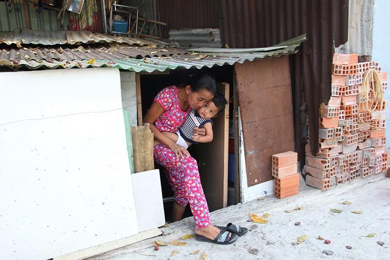 Nhà dân ở Bình Thạnh bị biến thành 'hầm' khi nâng đường - ảnh 5