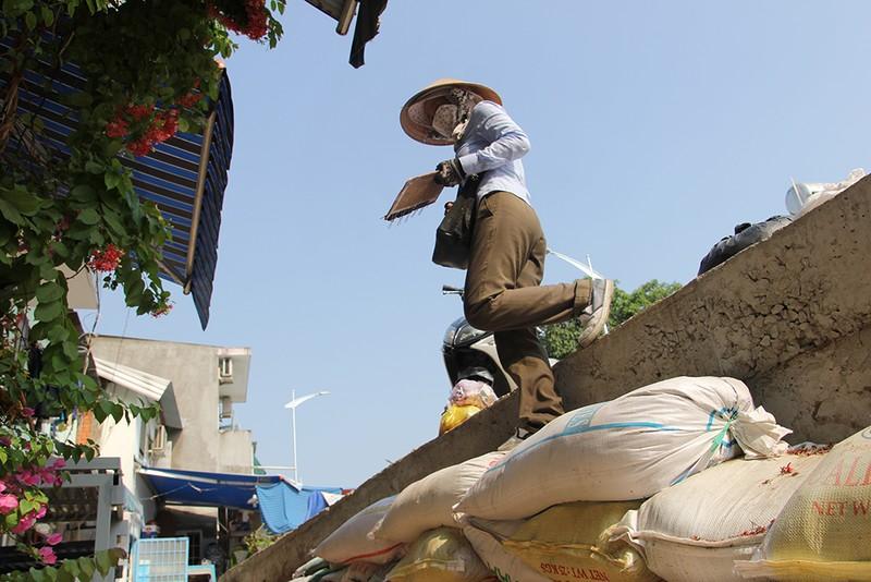 Nhà dân ở Bình Thạnh bị biến thành 'hầm' khi nâng đường - ảnh 7