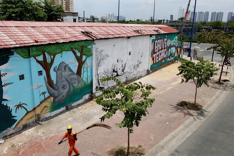 Ngắm những bức tường bẩn ở quận 1 được thay áo mới - ảnh 1