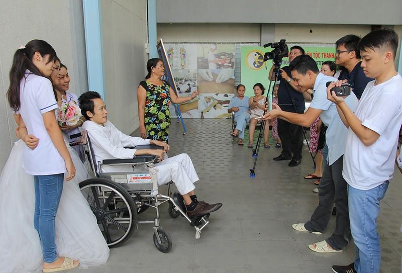 Bạn đọc chụp ảnh cưới cho cặp đôi 'Tình yêu cổ tích' - ảnh 11