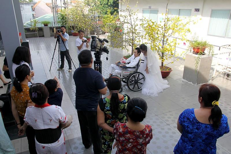 Bạn đọc chụp ảnh cưới cho cặp đôi 'Tình yêu cổ tích' - ảnh 8