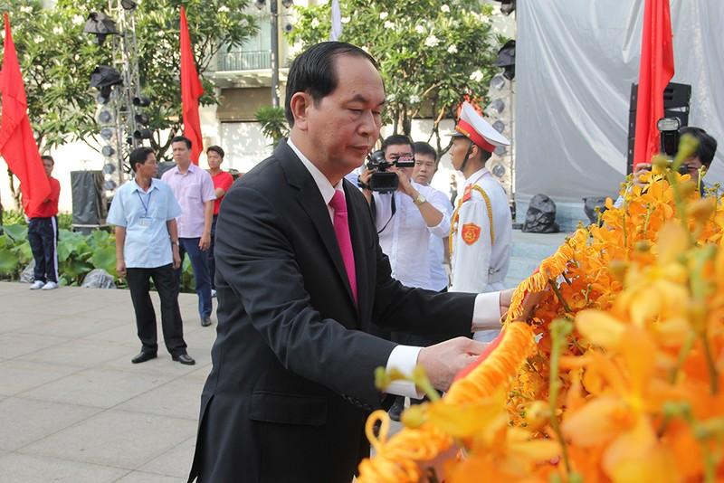 Chủ tịch nước, lãnh đạo TP.HCM dâng hương Bác Hồ  - ảnh 10