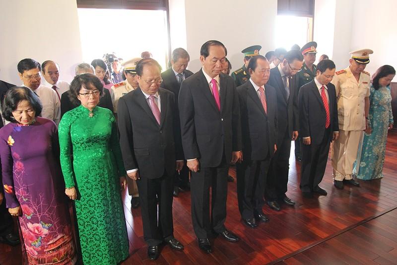 Chủ tịch nước, lãnh đạo TP.HCM dâng hương Bác Hồ  - ảnh 1