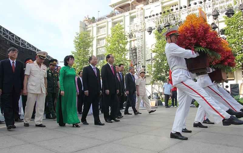 Chủ tịch nước, lãnh đạo TP.HCM dâng hương Bác Hồ  - ảnh 8