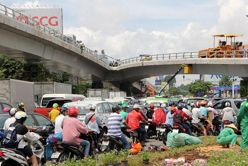 2 cầu vượt giải cứu kẹt xe Tân Sơn Nhất sắp thông xe - ảnh 12