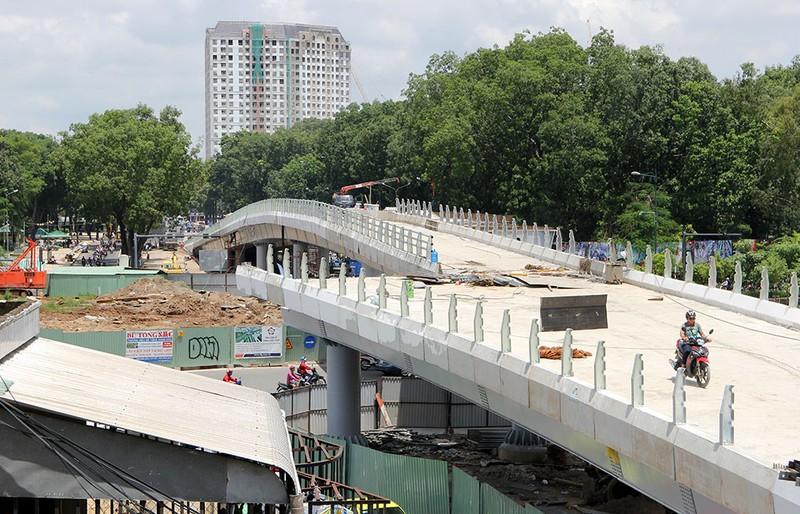 2 cầu vượt giải cứu kẹt xe Tân Sơn Nhất sắp thông xe - ảnh 13