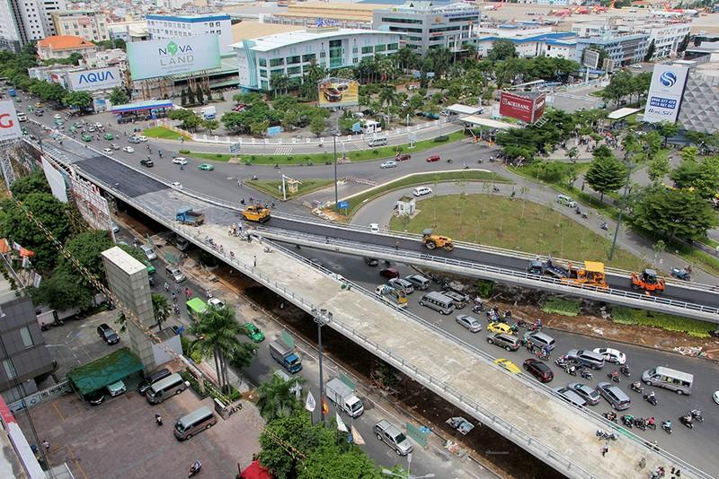 2 cầu vượt giải cứu kẹt xe Tân Sơn Nhất sắp thông xe - ảnh 1