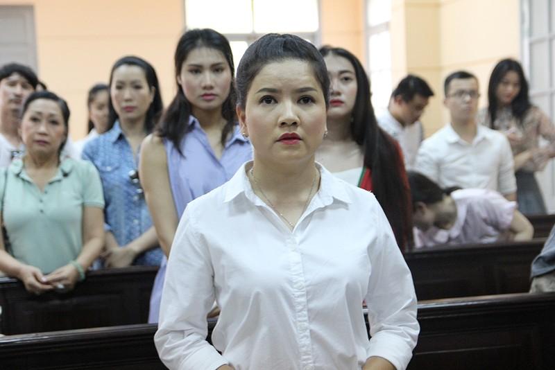 Nghệ sĩ đến tòa mừng diễn viên Ngọc Trinh thắng kiện - ảnh 2