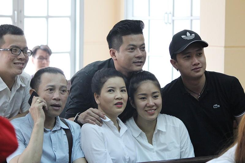 Nghệ sĩ đến tòa mừng diễn viên Ngọc Trinh thắng kiện - ảnh 6