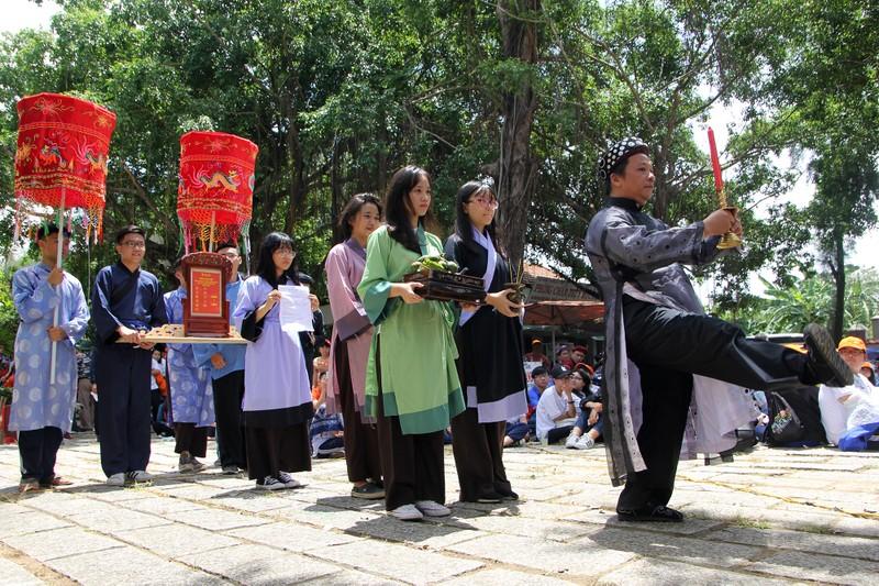 Xúc động xem học sinh làm lễ tế anh hùng Trương Định - ảnh 2