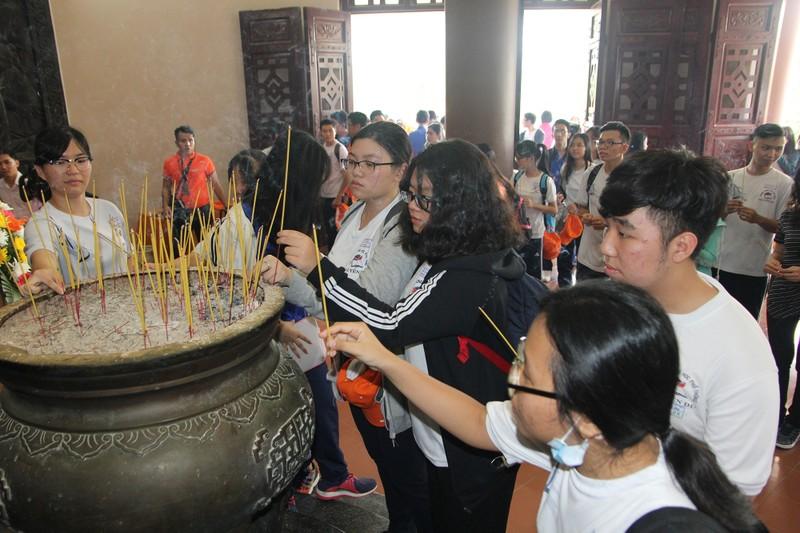 Xúc động xem học sinh làm lễ tế anh hùng Trương Định - ảnh 7