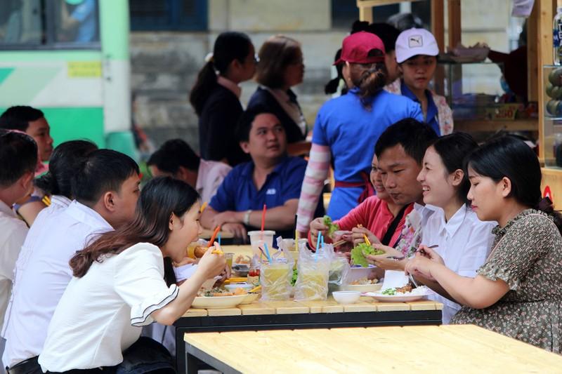 Phố hàng rong thứ hai ở Sài Gòn bán đắt như 'tôm tươi' - ảnh 12