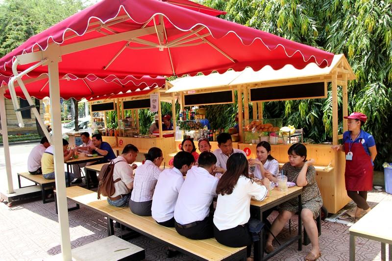 Phố hàng rong thứ hai ở Sài Gòn bán đắt như 'tôm tươi' - ảnh 11