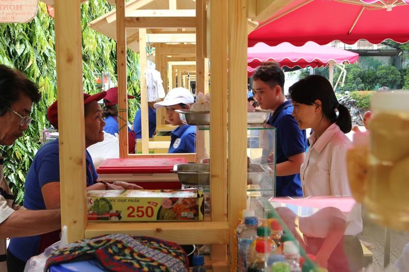 Phố hàng rong thứ hai ở Sài Gòn bán đắt như 'tôm tươi' - ảnh 2