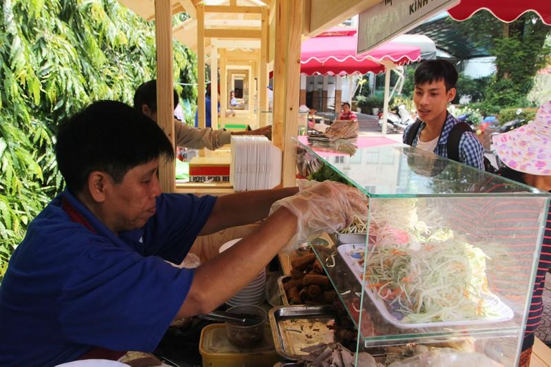 Phố hàng rong thứ hai ở Sài Gòn bán đắt như 'tôm tươi' - ảnh 3