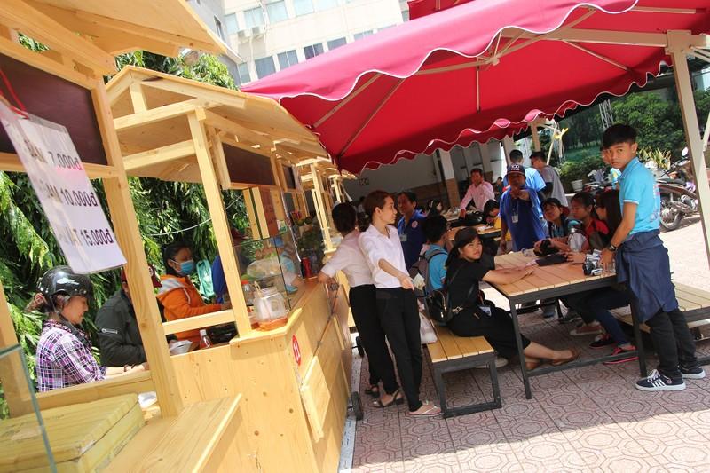 Phố hàng rong thứ hai ở Sài Gòn bán đắt như 'tôm tươi' - ảnh 4