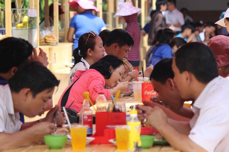 Phố hàng rong thứ hai ở Sài Gòn bán đắt như 'tôm tươi' - ảnh 5
