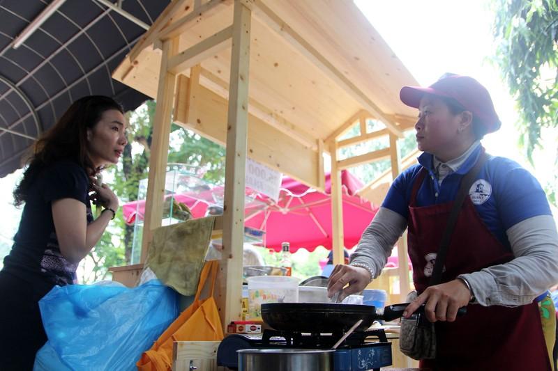 Phố hàng rong thứ hai ở Sài Gòn bán đắt như 'tôm tươi' - ảnh 7